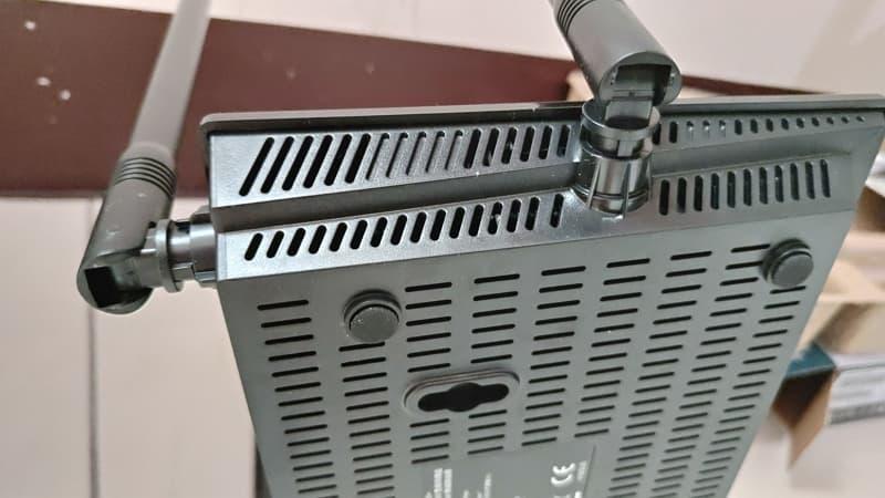 14_D-Link DIR-825+ 散熱孔 800X450